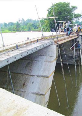 Construction of Bridge across Kumbukkan Aru at Polonnaruwa. (Ginipetti Palama)
